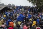 Migrants_Hungary Shuts Down Border_10 20 15_Daily Mail