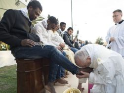 pope-francis-kisses-foot-of-migrant_March 2016_640x480